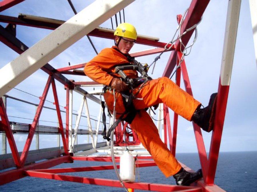 Personal trabajando en alturas, usando equipos certificados.